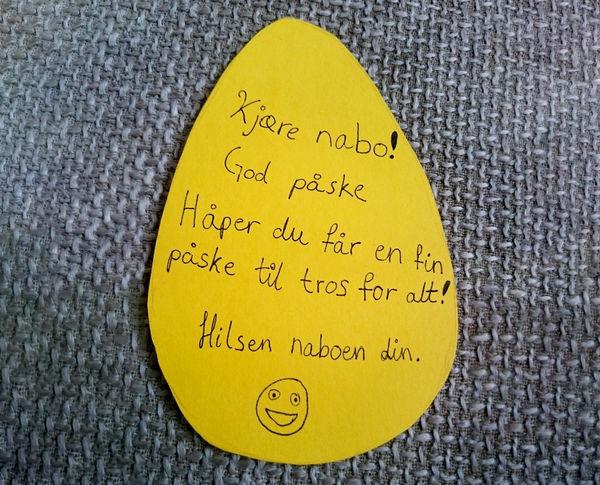 Lag påskepynt med gode ønsker og heng den på døren til naboen din