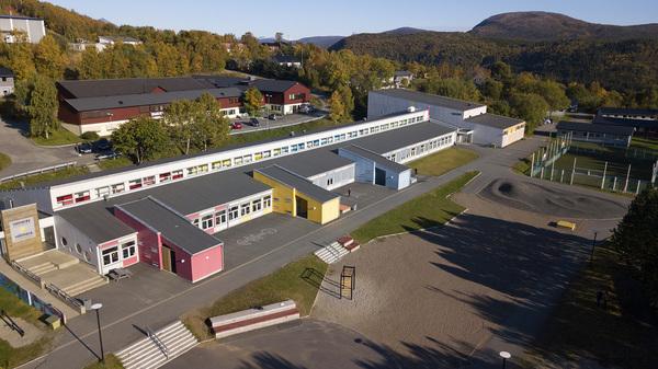 Dronefoto av bygning til Badjesijda skåvllå - Oppeid skole