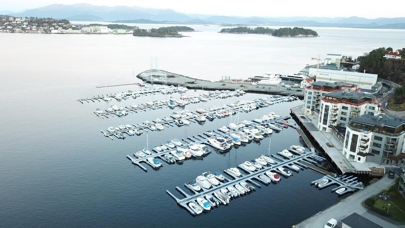 oversiktsbilete over Leirvik hamn og småbåthamn