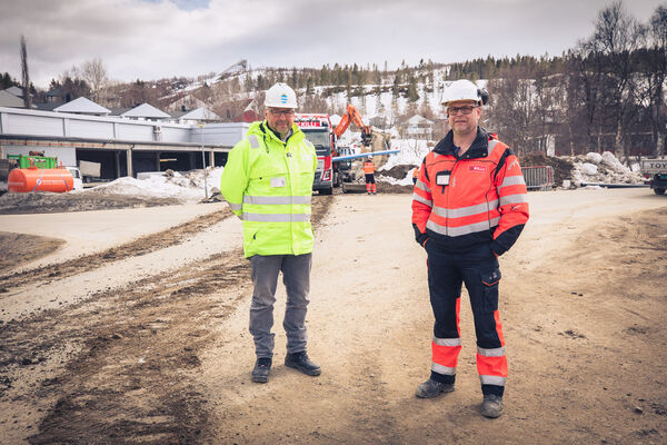 Avdelingsingeniør Tom Fredrik Hess i kommunens drift – og utbyggingstjeneste til venstre og Tom Vestgård fra Br. Killi. Foto: Øivind Arvola