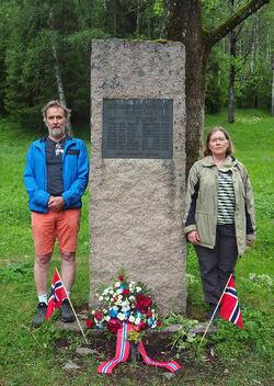 Ivar Ekanger og Helga Gunnarsdottir ved Milorg-bautaen 7. juni 2020.