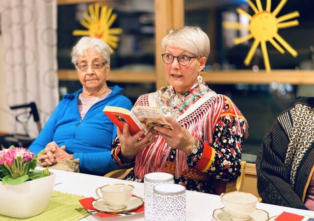 Frivillig arbeid kan komme i gang igjen. Her er det Lisbeth Ringstad som leser bok på Olavsgården. Foto: Øivind Arvola