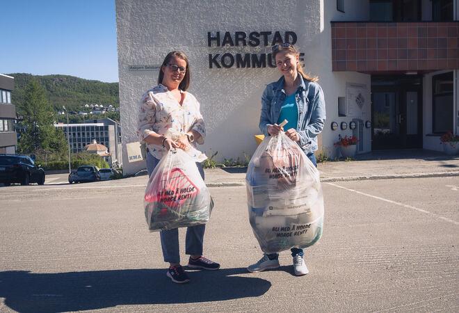 Kommunikasjonsrådgiver HRS, Marielle Eriksen (t.v.) og miljørådgiver i Harstad kommune, Tyra Meininger Saudland med henholdsvis en halv og en hel sekk med marint avfall. Foto: Øivind Arvola