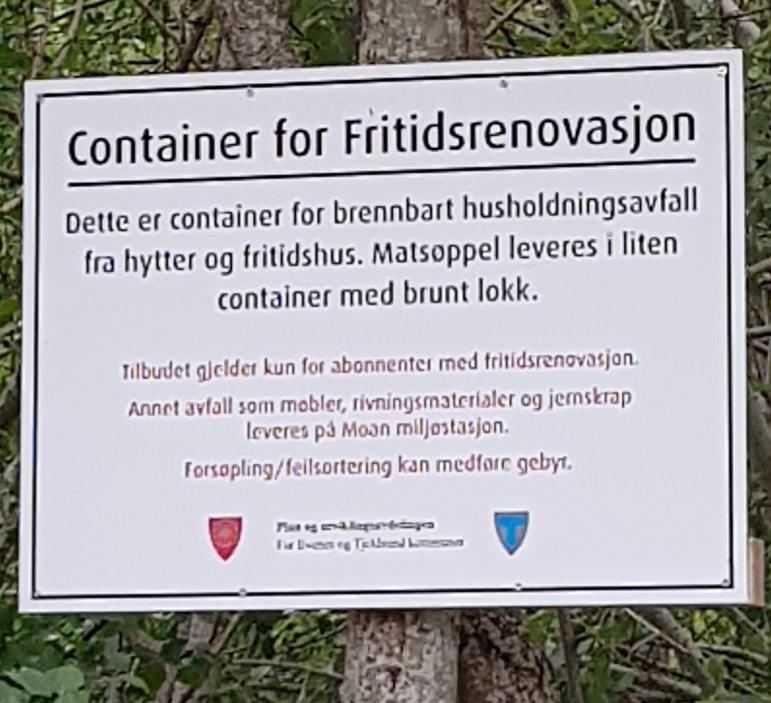 Skilt ved container for fritidsrenovasjon