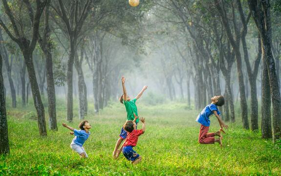 LP 2020_barn som leker med ball i skogsalleen