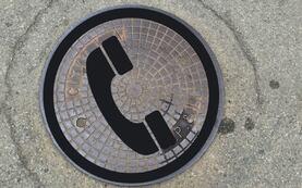 Illustrasjonsbilde kumlokk med telefon