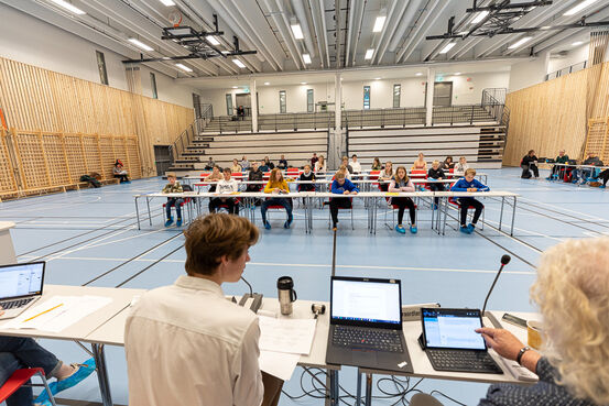 Her er Ole Martin Melbøe Nygård i gang med å lede møtet. Foto: Øivind Arvola