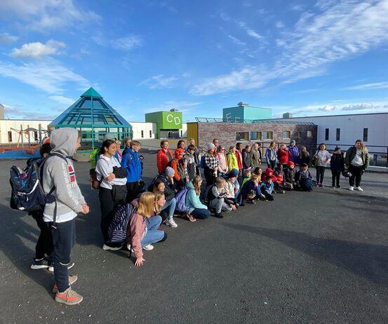 På bildet er det elever fra Harstad skole sammen med blant andre ordfører, rektor, kommunedirektør og aksjonsleder i Harstad, Kriss Rokkan Iversen. Foto: Øivind Arvola