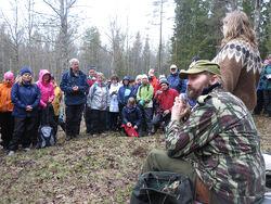 Da Østmarkas Venner arrangerte tur med Sverre M. Fjelstad til Dølerud i 2015, ble ca. 130 deltakere med inn til den gamle husmannsplassen. Foto: Bjarne Røsjø.