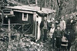 Dette er det eneste bildet som finnes av Korpås-Olsen (til venstre i bildet). Det ble tatt av turgåeren Erling Ingebretsen omkring 1949.