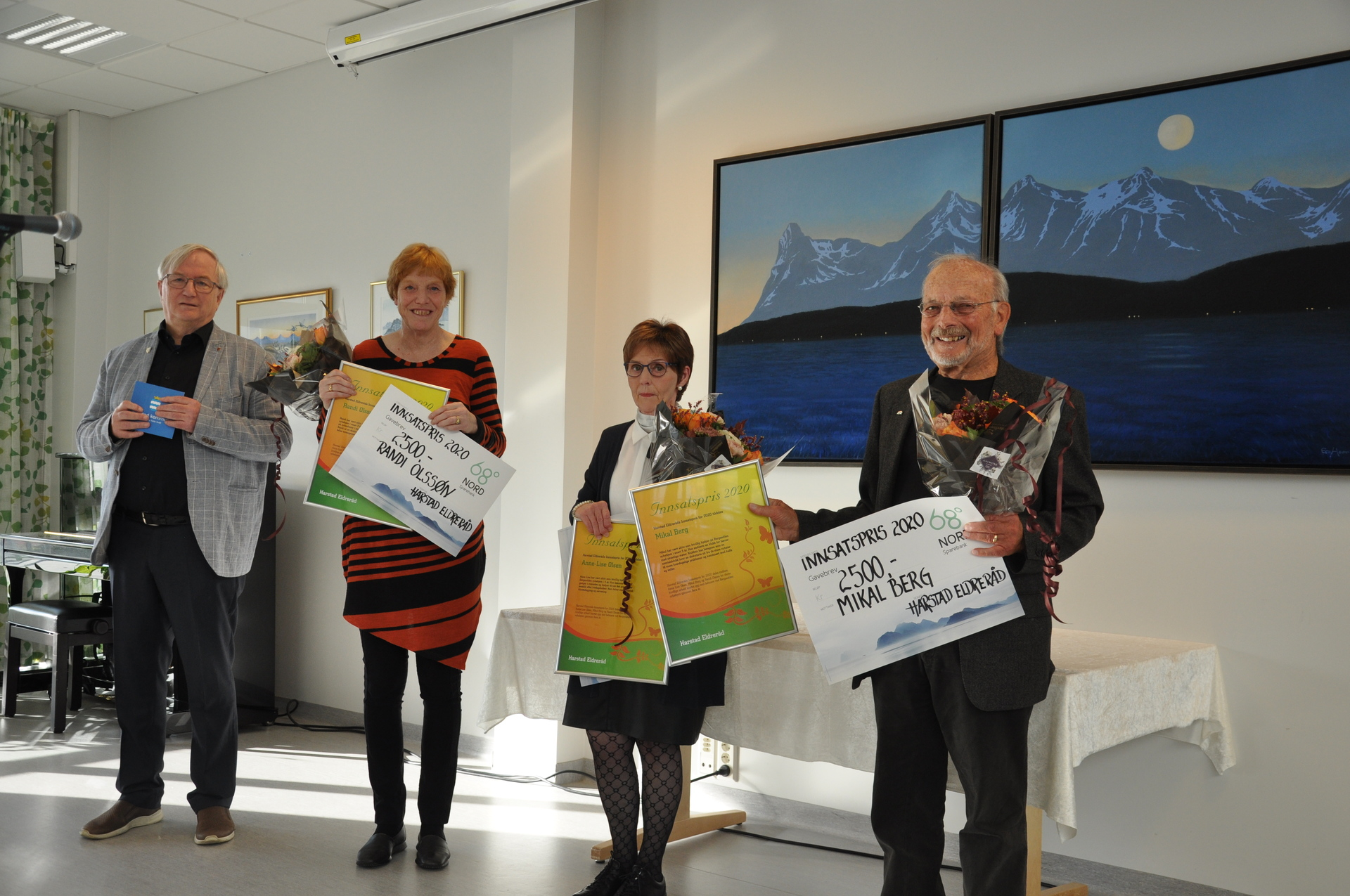 Leder i Eldrerådet i Harstad, Jan Fjellstad, delte ut rådets Innsatspris til (fra venstre) Randi Olssøn, Anne-Lise Olsen og Mikal Berg. Foto: Terje Olsen
