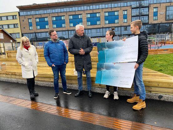 Her mottar Oscar Abrahamsen fra Seljestad barneskole og Isak Borch-Holst fra Seljestad ungdomsskole pengene fra kommunen og næringslivet.