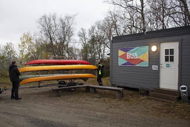 Kanoene og kajakkene fraktes til vinterlagring. Foto: Svetlana Gracheva