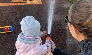 Barn lek med vann