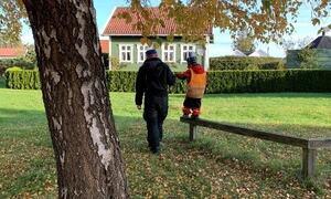 Barn på tur i parken