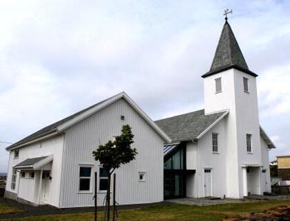 Vestbygda kapell med Framtidsbygget til venstre.