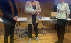 Anne Larsen fikk utdelt pris i kommunestyremøte 10.desember.