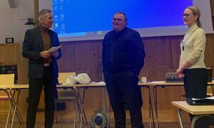 Frank Moldvik fikk utdelt pris under kommunestyremøtet 10.desember.