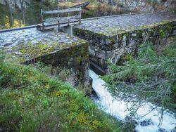 Demningen i Mosjøen er i dag også en bro på en populær blåsti fra Bysetermåsan til Rausjø. Foto: Bjarne Røsjø.