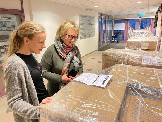 På bildet står Trude Haukebø Samuelsen (t.v) og Lise Voktor og sjekker at vi har fått det vi skal ha Foto: Øivind Arvola