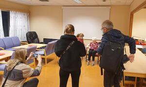 Aud Nymoen (93) som fikk en av de første dosene, med tilstedeværende journalister fra IHarstad og HT.  Vaksinatør var Edith Abelsen. foto: Baard B Haugen