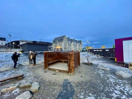NRK var på plass og rapporterte om taket. Foto Øivind Arvola