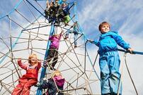 Barn i klatrestativ