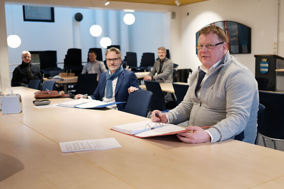 Kommunedirektør Hugp Thode Hansen (t.h) signerer utbyggingsavtale for bredbånd sør i kommunen med Hålogaland kraft bredbånd. Konsernsjef Eirik Frantzen er fornøyd med å ha fått kontrakten. Foto: Øivind Arvola