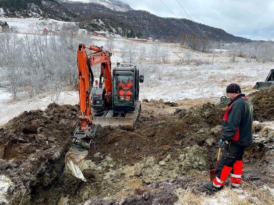 Kommunens ansatte fant vannlekkasjen i ledningsnettet til Storhaugen vannverk. Her ser vi maskinkjører Einar Davidsen og Bjørn Gunnar Bjørnstad i arbeid. Foto: Frank R. Roksøy, Harstad Tidende.