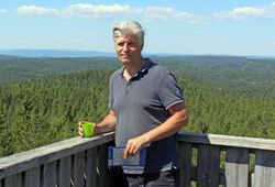 Daværende klima- og miljøminister Ola Elvestuen klatret opp i branntårnet på Kjerringhøgda i juli 2018, for å inspisere området som nå er i ferd med å bli utredet som nasjonalpark. Foto: Bjarne Røsjø.
