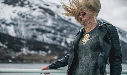 Agnete Båtnes ombord hurtigruten, vind i håret