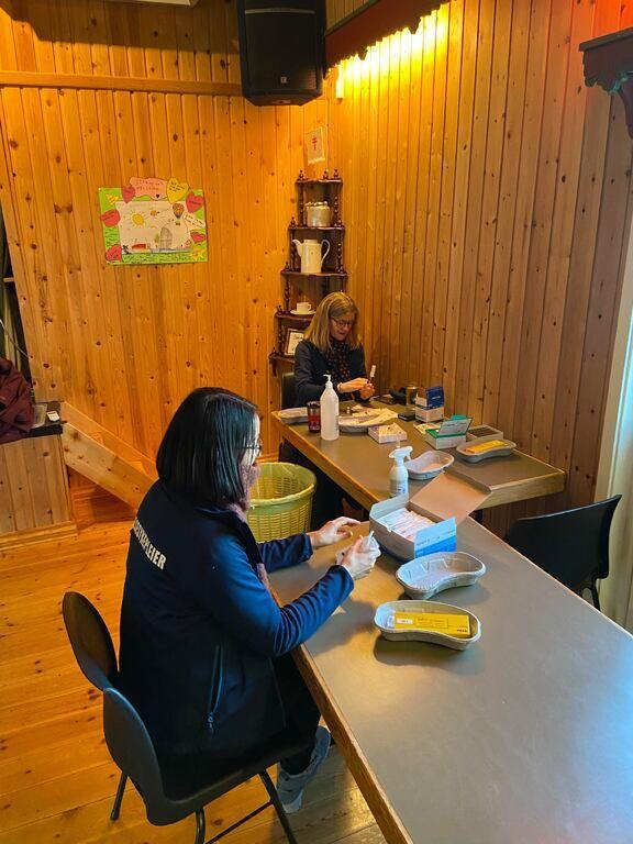Fra vaksinering på Strønstad onsdag 17.02, hvor ca 40 stk av de eldste innbyggerne ble vaksinert med 1. dose. Om tre uker er det tid for dose nr 2.