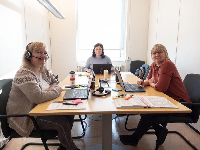 Wenche Tomsen, Monica-Katrine Lindstrøm og Henny Erstad sørger for at alle får vaksine når de skal. Foto: Øivind Arvola