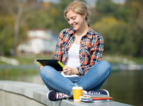 Student sitter ute, jobber på nettbrett
