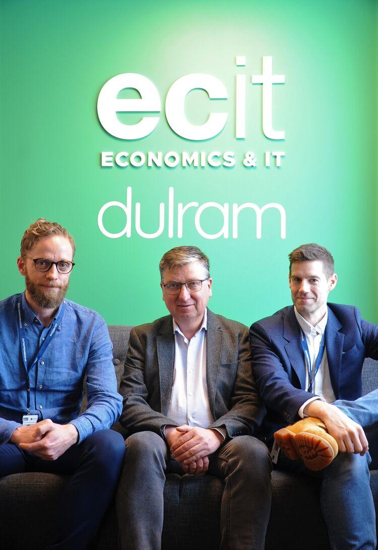 TRE I ETT: ECIT Dulrams daglige leder Torstein Håvardsrud (t.h.) er blitt til dagens IT-gigant gjennom blant annet to fusjoner. Her representert ved gründerne av henholdsvis Kippr Bjørn Henriksen (midten) og Denalis Rune Neri (t.v.) fra Solbergelva.