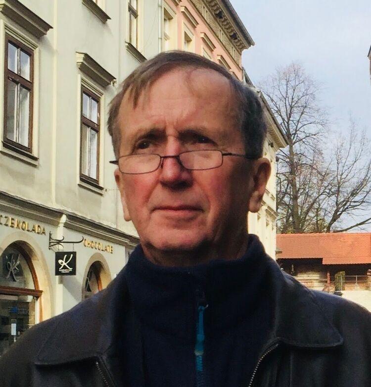 NETTHJELP: Arve Conradsen fra Seniornett er en av de som vil hjelpe eldre til å bruke nettet mer enn til å betale regninger i nettbanken. PRIVAT FOTO