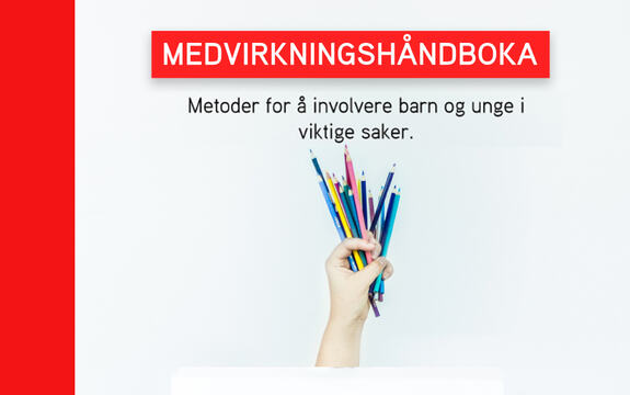 Ingressbilde som viser deler av omslaget til Medvirkningshåndboka. Bildet viser tittelen på håndboka og en hånd som holder fargerike blyanter og penner