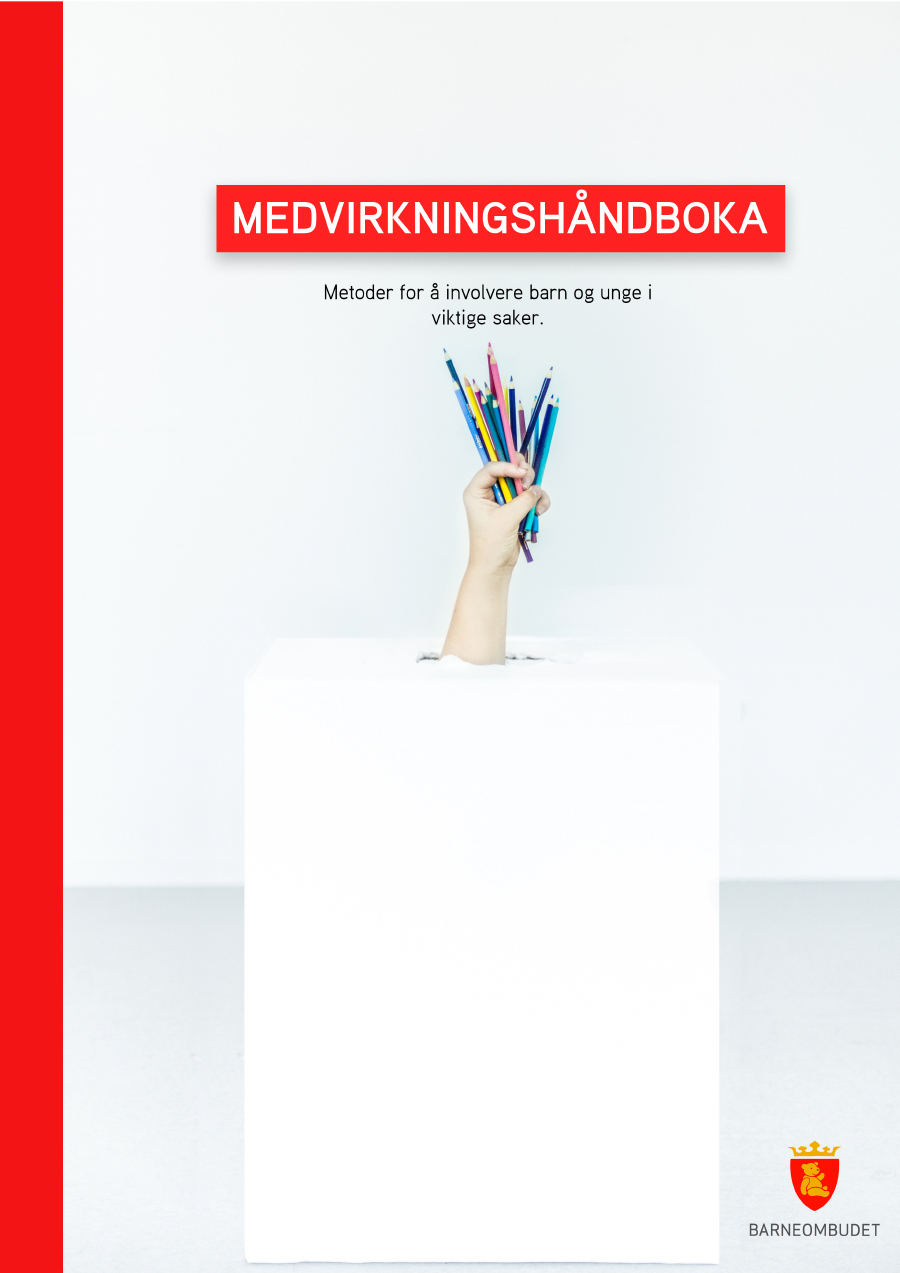 Omslaget til Medvirkningshåndboka. Bildet viser tittelen på håndboka og en hånd som holder fargerike blyanter og penner