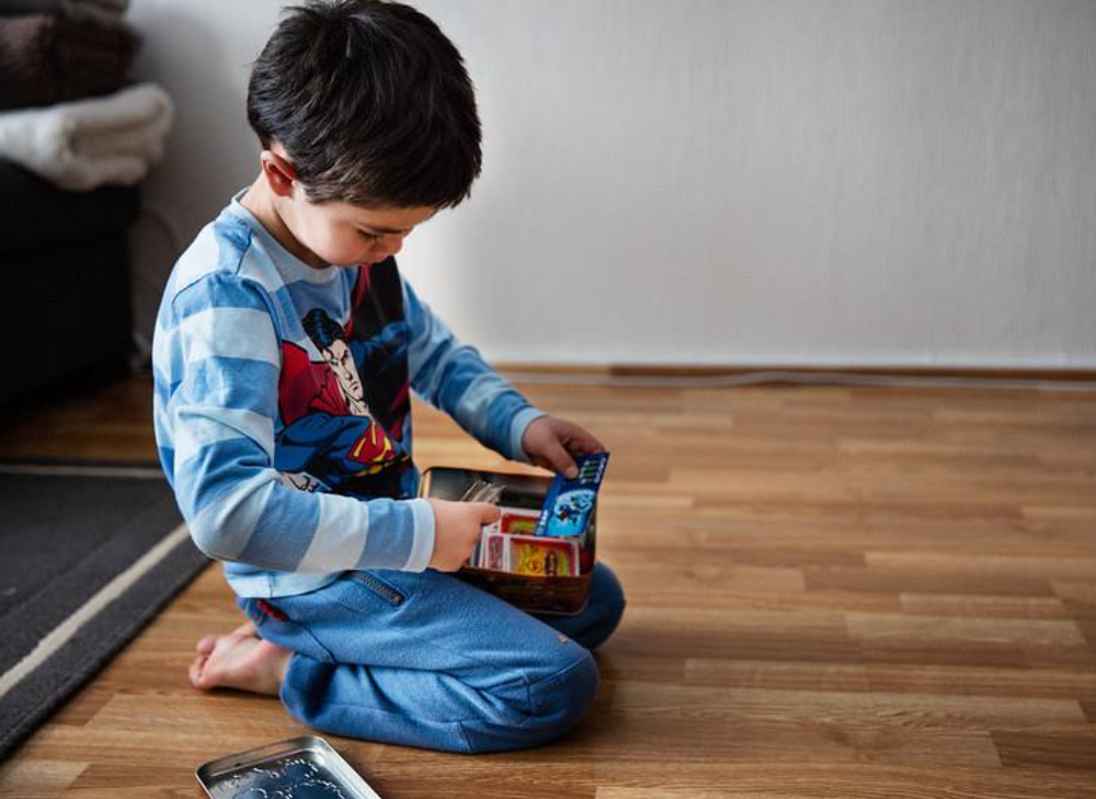 gutt som leker på gulvet_Statusrapport 12.PNG