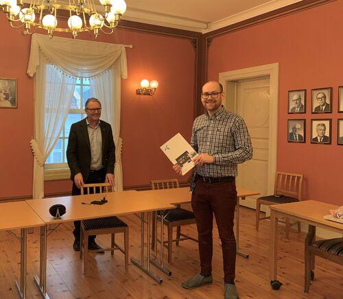 IT-leder Andreas Brovig er fornøyd med å ha fått signert avtale. Her sammen med ordfører Einar Holmer-Hoven.