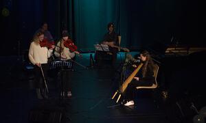Julia Karen spiller harpe Ronya Bendixen og Elvira Elise Sørensen.