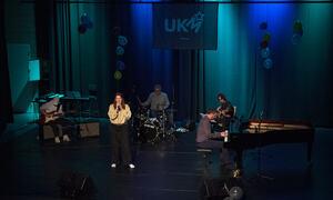 Aileen Knutsen synger sangen hun har skrevet selv.