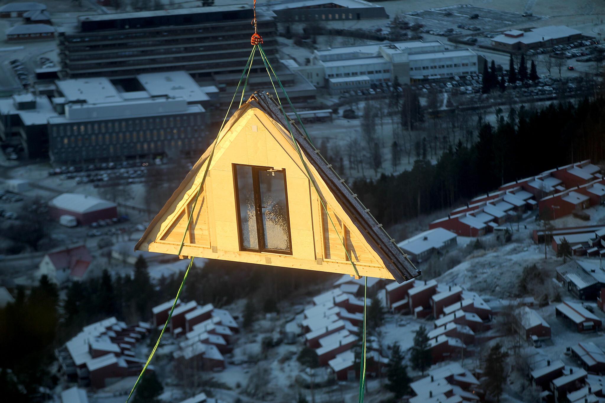 Dagsturhytta Gytta i Førde blir løfta på plass med helikopter