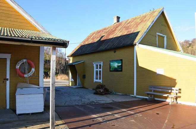 Kommunale byggene på dampskipkaia på Skutvik.