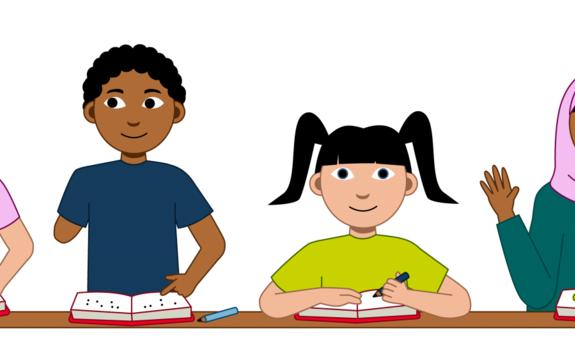 Det er fire elever i bildet. De sitter alle foran en felles pult. Og alle leser i bøker. Den første personen har kort hår. I håret sitt har hen en rosa spenne. Den andre personen har mørkt hår og en amputert hånd. Den tredje personen har mørkt hå