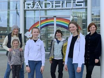 Vårt sommerskoleteam med prosjektleder (t.v) Stina Grønbech, Kirsi Raty og Karoline Amb.  Ungdomsrådet (i front)  Mie Bugge og Elizabeth Klaveness