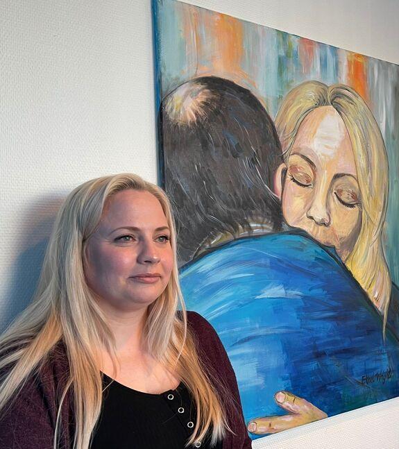 Mette Lunne er glad for at hun tok initiativet til et møte med han som drepte pappan hennes. Her sammen med maleriet som mekler i saken, Ethel Fjellbakk Wright malte i etterkant av møtet.