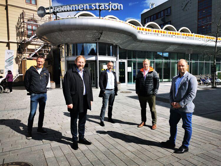 FORNØYD: Rune Kjølstad i Næringsforeningen i Drammensregionen er svært fornøyd med at flere store konsulentselskaper velger Drammen. F. v.: Lars Bjerke fra COWI, Rune Kjølstad, Jørgen Kaasa fra Bouvet Norge, Anders Nordahl fra BDO og Egil André Jacobsen fra Sopra Steria.