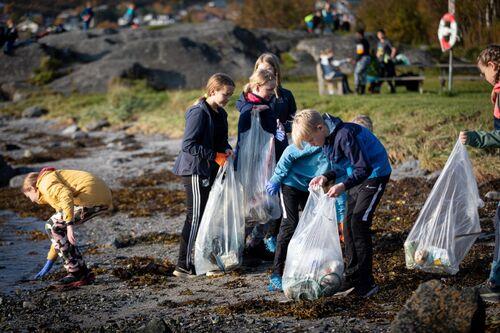 Fra strandrydding i 2020. Foto: Øivind Arvola