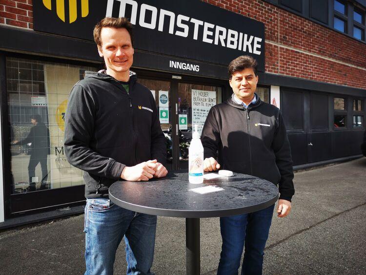 TO EIERE: Torgeir Jahren (t. v.) og Kazim Jamal eier nå halvparten hver av Monsterbike AS. Butikken er nå koronastengt, men aktiviteten er likevel stor.